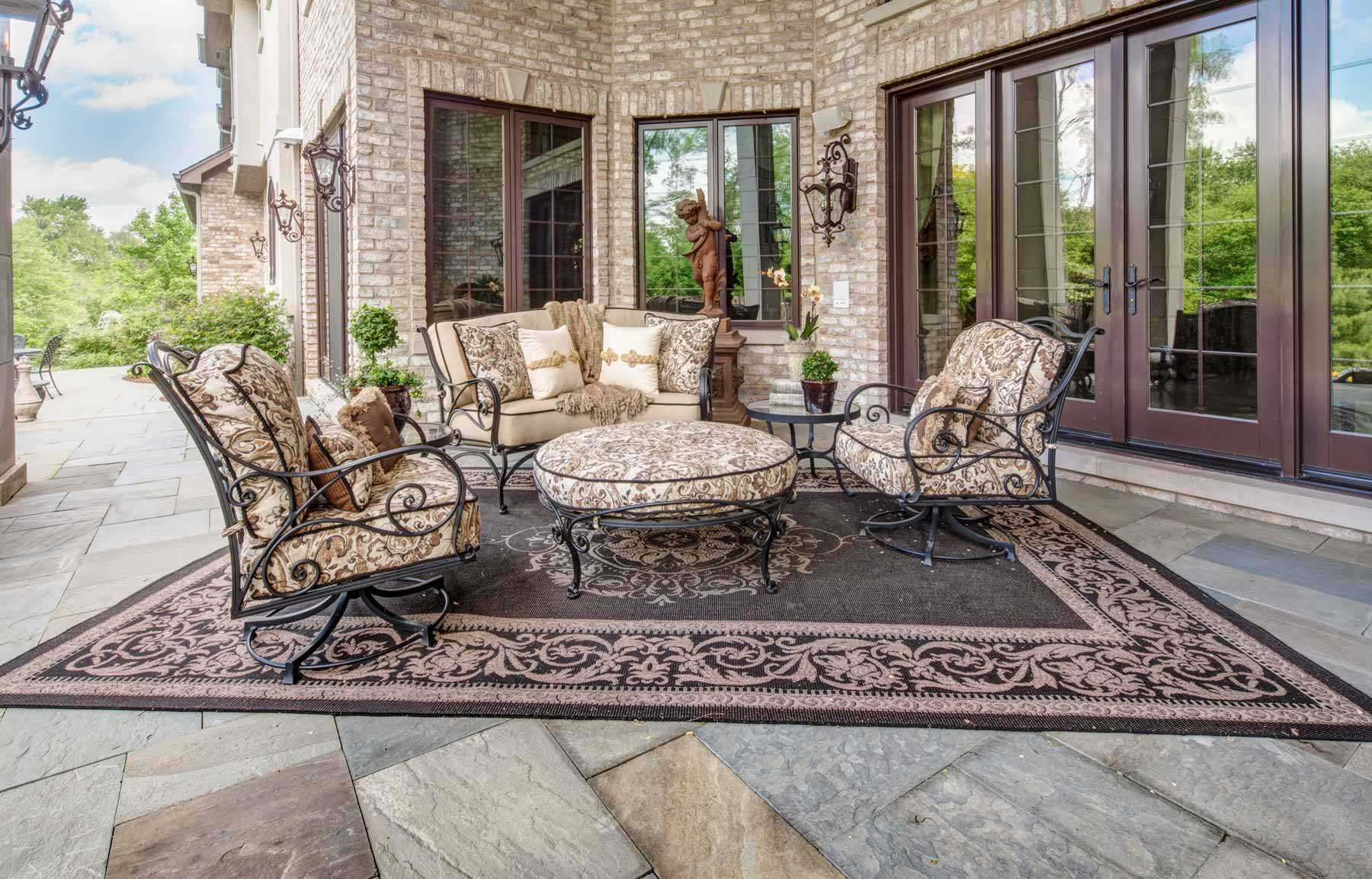 Luxury outdoor patio furniture and rug for Luxury garden furniture